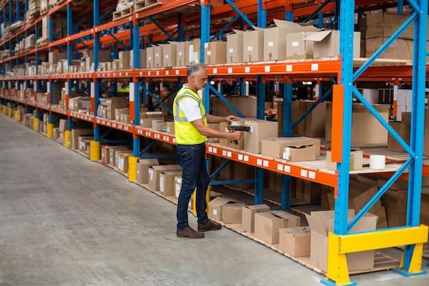 Vista do trabalhador está verificando caixas de papelão