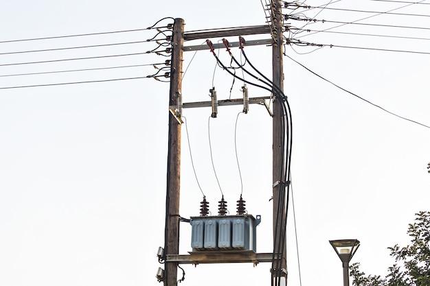 Vista do transformador de energia de tensão no posto de eletricidade
