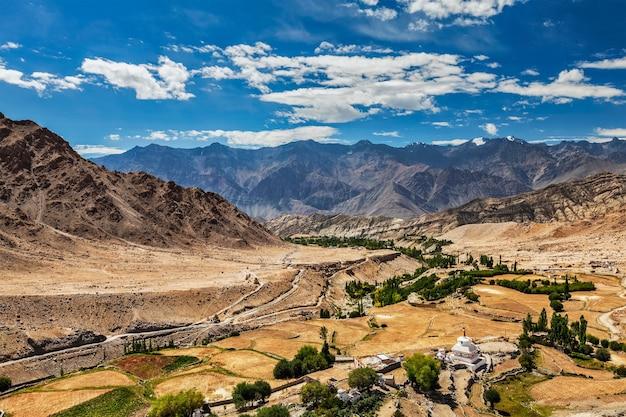 Vista do vale do indo no himalaia perto de likir