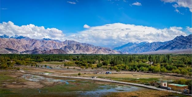 Vista do vale do indus a partir do palácio de shey ladakh índia