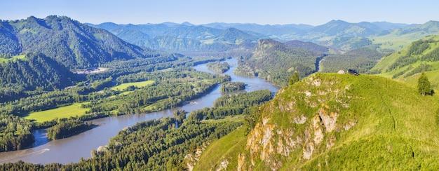 Vista do vale e do rio katun da montanha