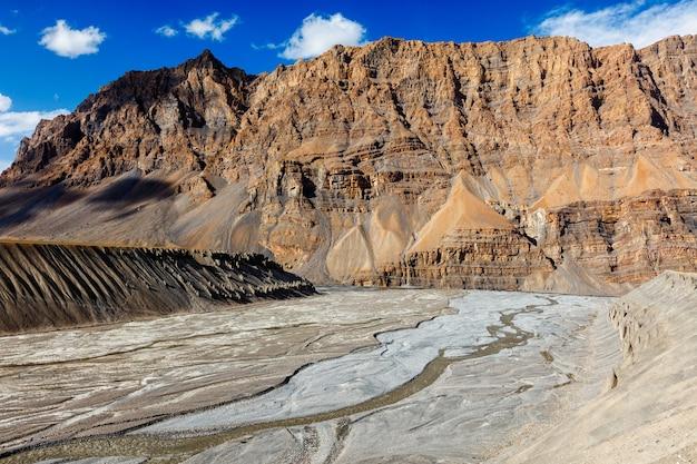 Vista do vale e do rio spiti no himalaia