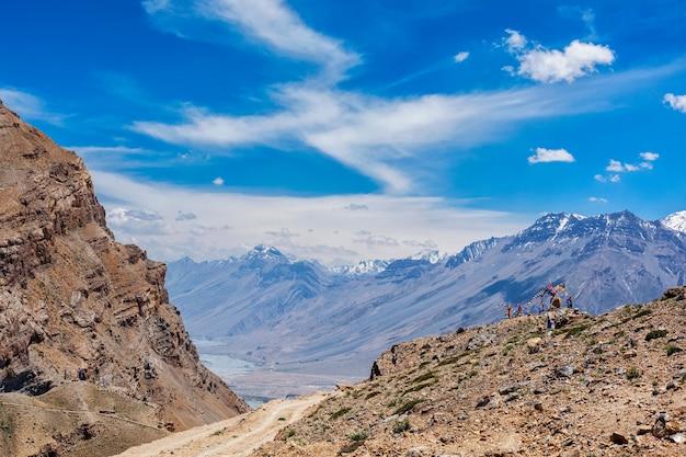 Vista do vale e do rio spiti no himalaia Foto Premium