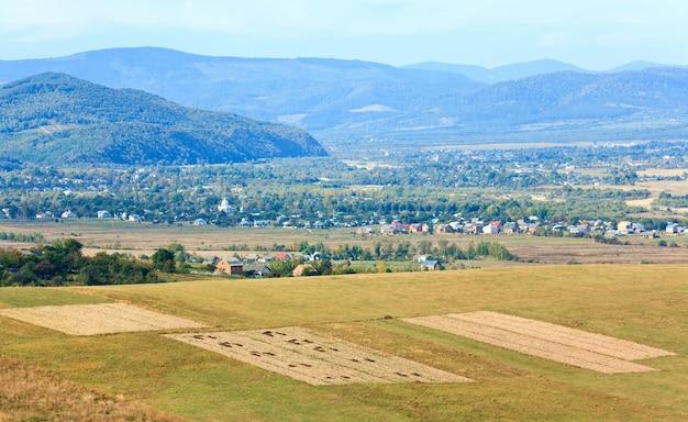 Vista do vale montanhoso no outono