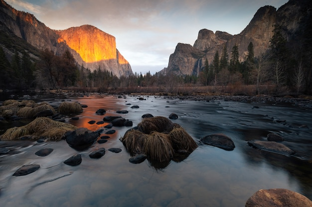 Vista do vale vista no parque nacional de yosemite. no lado esquerdo da cúpula 'el capitan' e no lado direito, bridalveil cai e cathedral rocks. na califórnia, estados unidos.