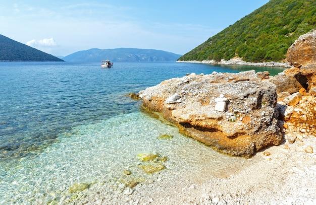 Vista do verão da praia de antisamos, grécia, kefalonia.