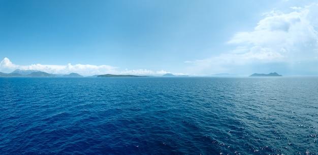 Vista do verão do mar da balsa de trem no caminho de kefalonia para lefkada (grécia). panorama.