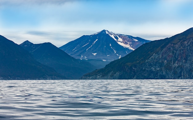 Vista do vulcão mutnovsky do oceano pacífico