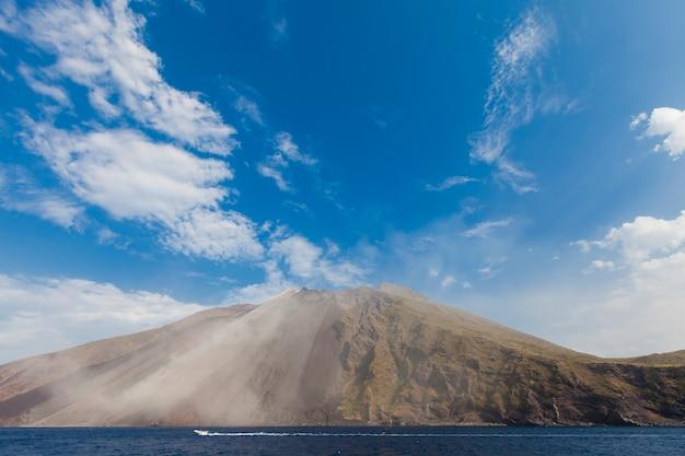 Vista do vulcão stromboli, na itália