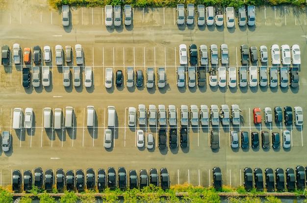 Vista do zangão acima de estacionamentos vazios, vista aérea