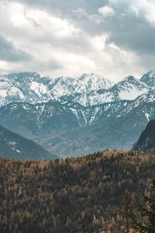 Vista dos alpes da baviera. a cordilheira é chamada de