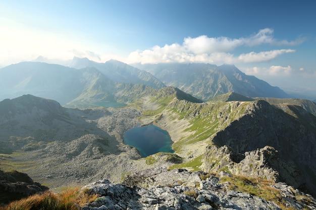 Vista dos altos picos das montanhas dos cárpatos acima do vale