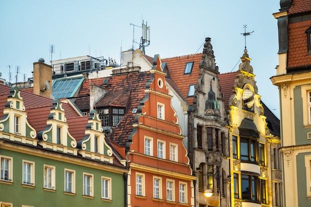 Vista dos edifícios com telhados na cidade velha de wroclaw. wroclaw, a capital histórica da baixa silésia.