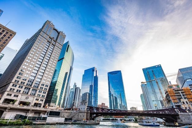 Vista dos edifícios de chicago em um dia ensolarado