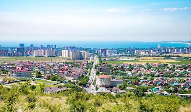 Vista dos edifícios e chalés em construção. anapa, vila supseh, região de krasnodar, rússia.
