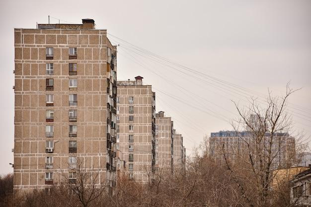 Vista dos edifícios residenciais cinzentos