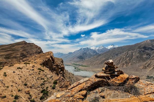 Vista dos himalaias do vale do spiti com monte de pedra no vale do spiti, himachal pradesh, índia