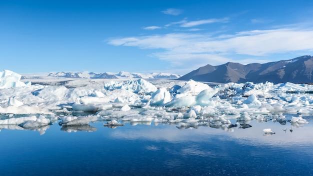 Vista dos icebergs na lagoa glaciar, islândia