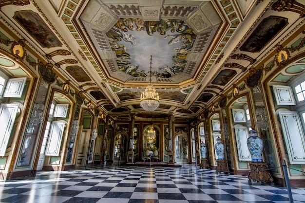 Vista dos impressionantes quartos decorados do palácio nacional de queluz, localizado em sintra, portugal.