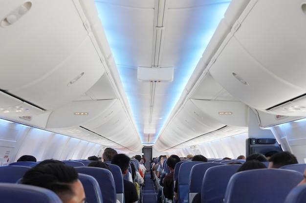 Vista dos passageiros nos assentos dentro do avião