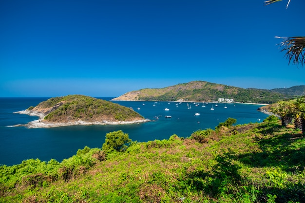Vista dos penhascos rochosos e do mar claro sob o sol brilhante. promthep capa. miradouro em phuket tailândia