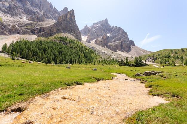 Vista dos picos das montanhas, paisagem das dolomitas. vale venegia, san martino di castrozza.