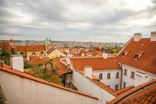 Vista dos telhados de praga vermelho do castelo de praga em dia nublado em praga, república checa