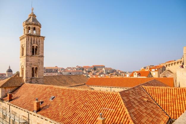Vista dos telhados vermelhos de dubrovnik na croácia na luz do sol