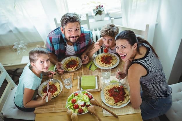 Vista elevada da família tendo refeição juntos
