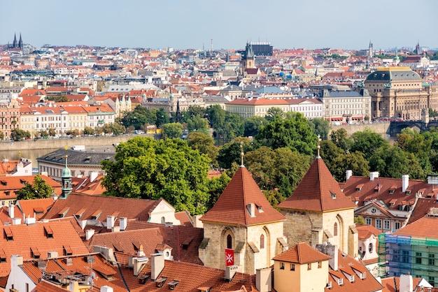 Vista elevada da igreja de nossa senhora sob a corrente (kostel panny marie pod retezem). praga, república tcheca