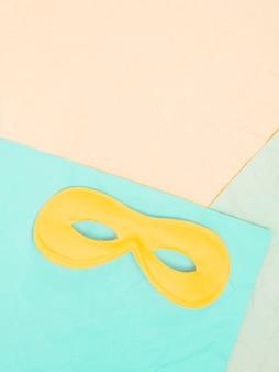 Vista elevada, de, amarela, máscara olho, acima, colorido, fundo