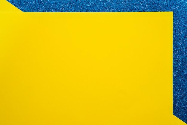 Vista elevada, de, amarela, papelão, papeis, ligado, azul, superfície