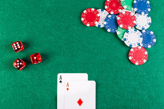 Vista elevada de ás cartas de baralho; dados e fichas na mesa de poker