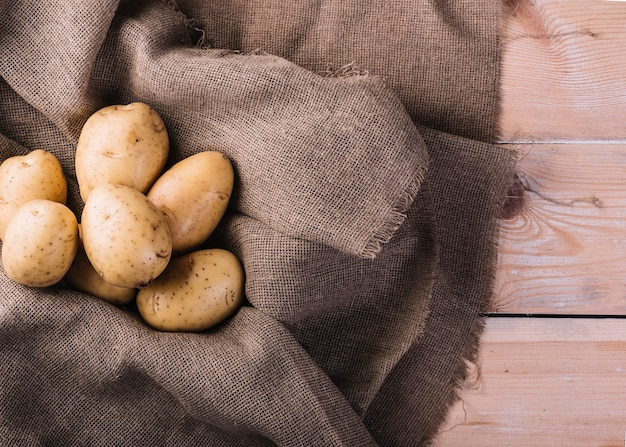 Vista elevada, de, batatas cruas, ligado, pano saco