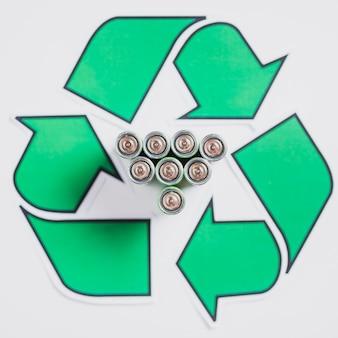 Vista elevada, de, baterias, em, recicle símbolo, branco, fundo