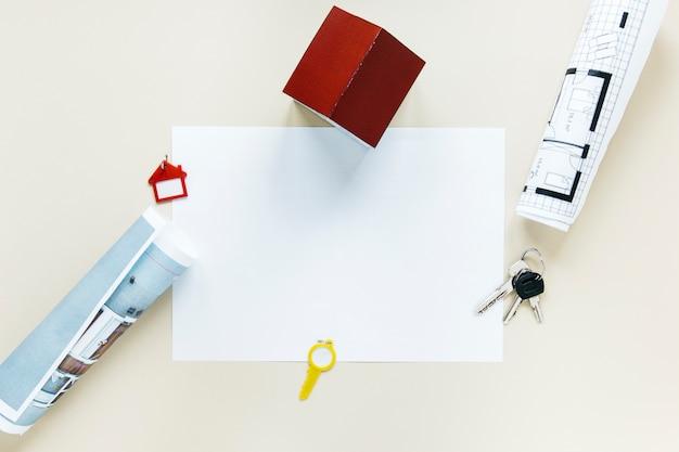 Vista elevada, de, blueprint, e, casa, modelo, com, papel liso