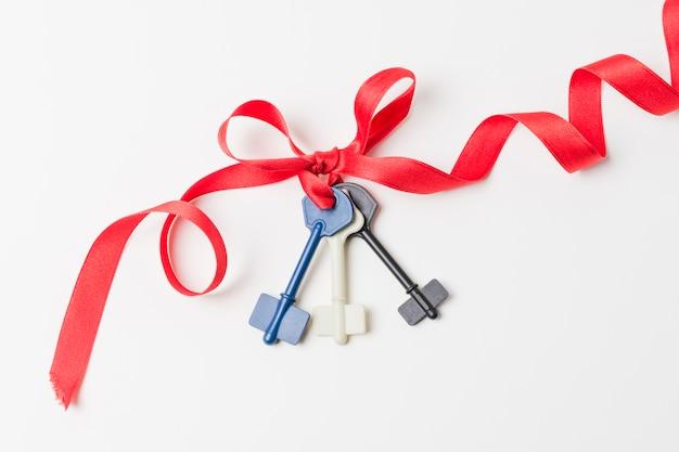 Vista elevada de chaves amarradas com fita