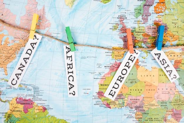 Vista elevada, de, diferente, continente, nomes, tag, com, cabide, ligado, mapa