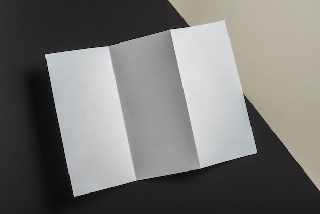 Vista elevada, de, dobrado, branca, papel, para, folheto