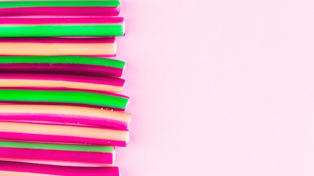 Vista elevada de doces de alcaçuz em pano de fundo rosa