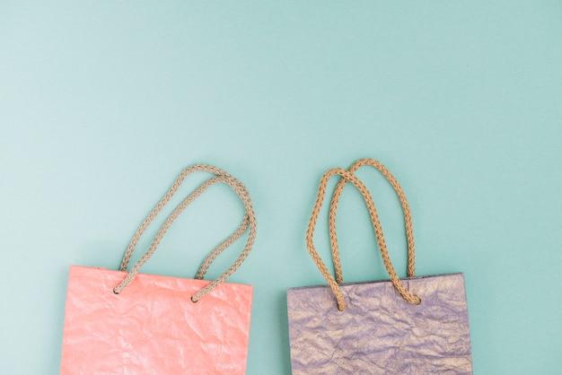 Vista elevada, de, dois, bolsas para compras, ligado, verde, fundo