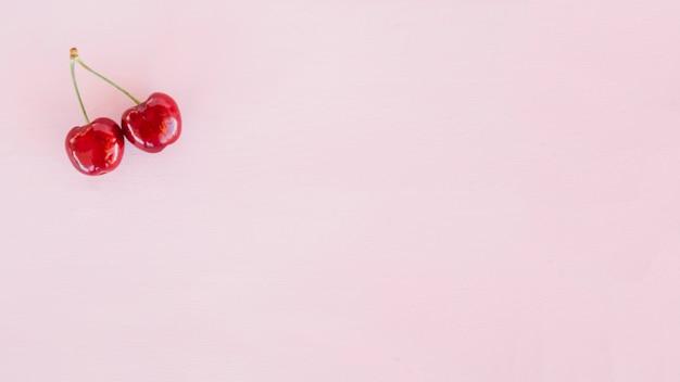 Vista elevada, de, dois, cerejas, ligado, cor-de-rosa, fundo