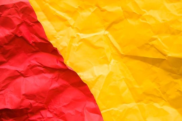 Vista elevada, de, dois, vermelho amarelo, papel amarrotado