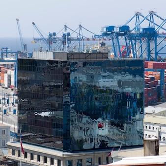 Vista elevada, de, edifícios, com, porto, valparaiso, chile