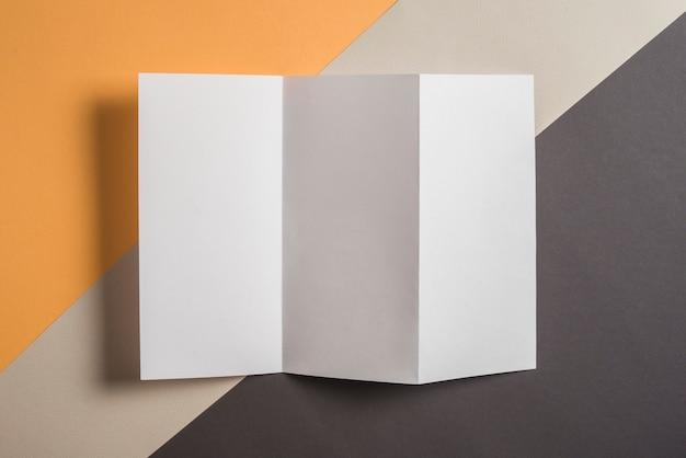Vista elevada, de, em branco, branca, papel, ligado, multi coloriu, fundo