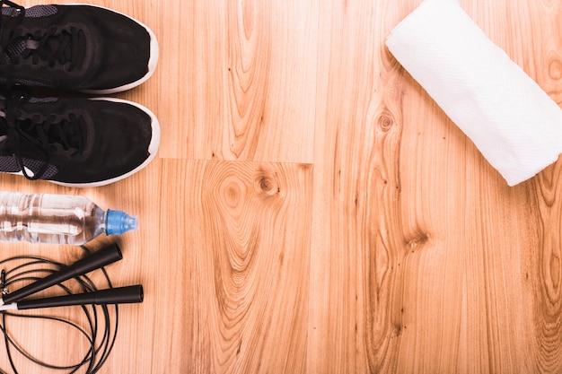 Vista elevada de equipamentos de fitness no piso de madeira