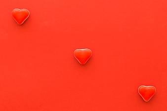 Vista elevada, de, forma coração, bala doce, ligado, experiência vermelha