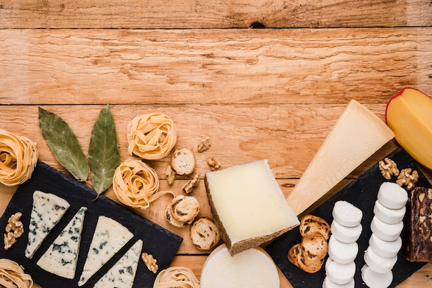 Vista elevada, de, fresco, café manhã, ingredientes, sobre, textured, prancha madeira
