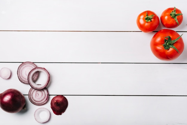 Vista elevada, de, fresco, cebolas, e, tomates, ligado, madeira, fundo