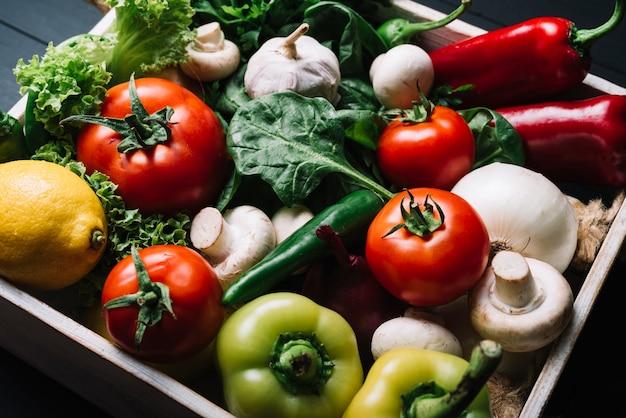 Vista elevada, de, fresco, legumes orgânicos, em, recipiente